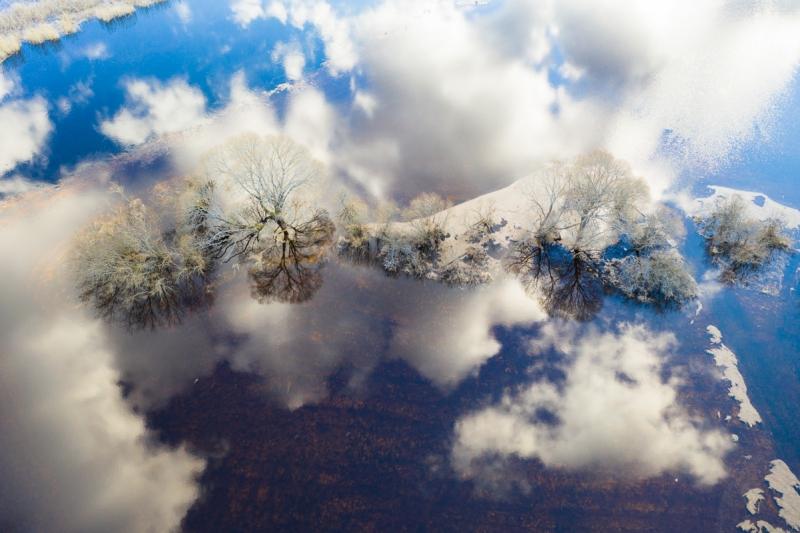 Pilved ujuvad vees